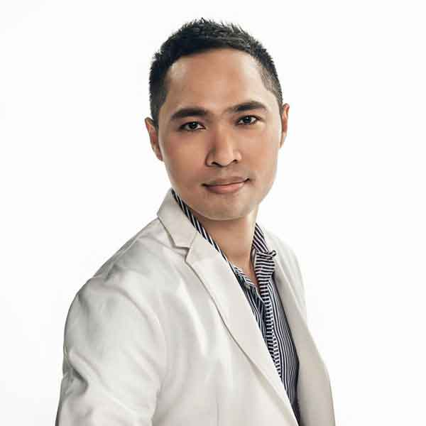 ทันตแพทย์ ผศ. สมเกียรติ อิ่มพลี DDS., MSc., FACP Cosmetic Dentist